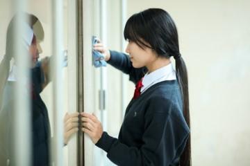 学校で掃除をする女子生徒